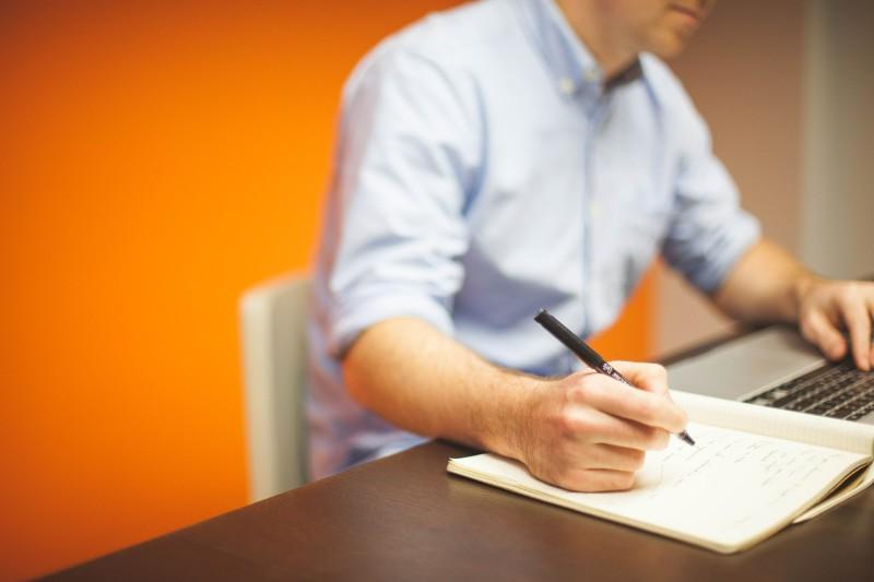 ¿Cuál es la postura correcta para sentarse en la oficina?