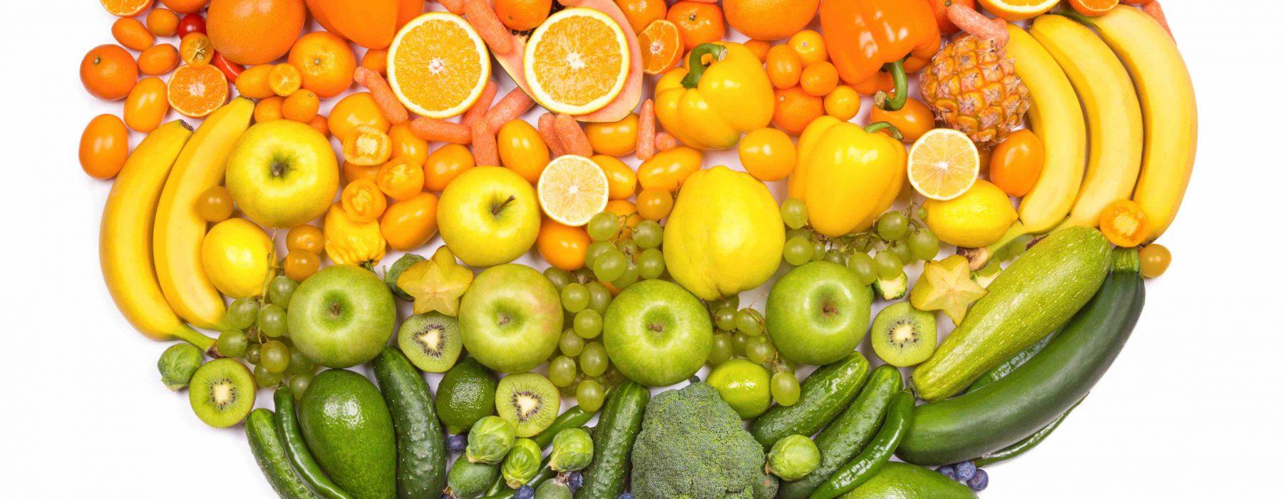 Mesas coloreadas con frutas y verduras