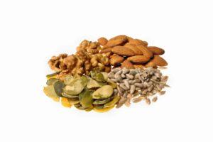 Las almendras, nueces y pipas ayudan a mantener el colesterol a raya.