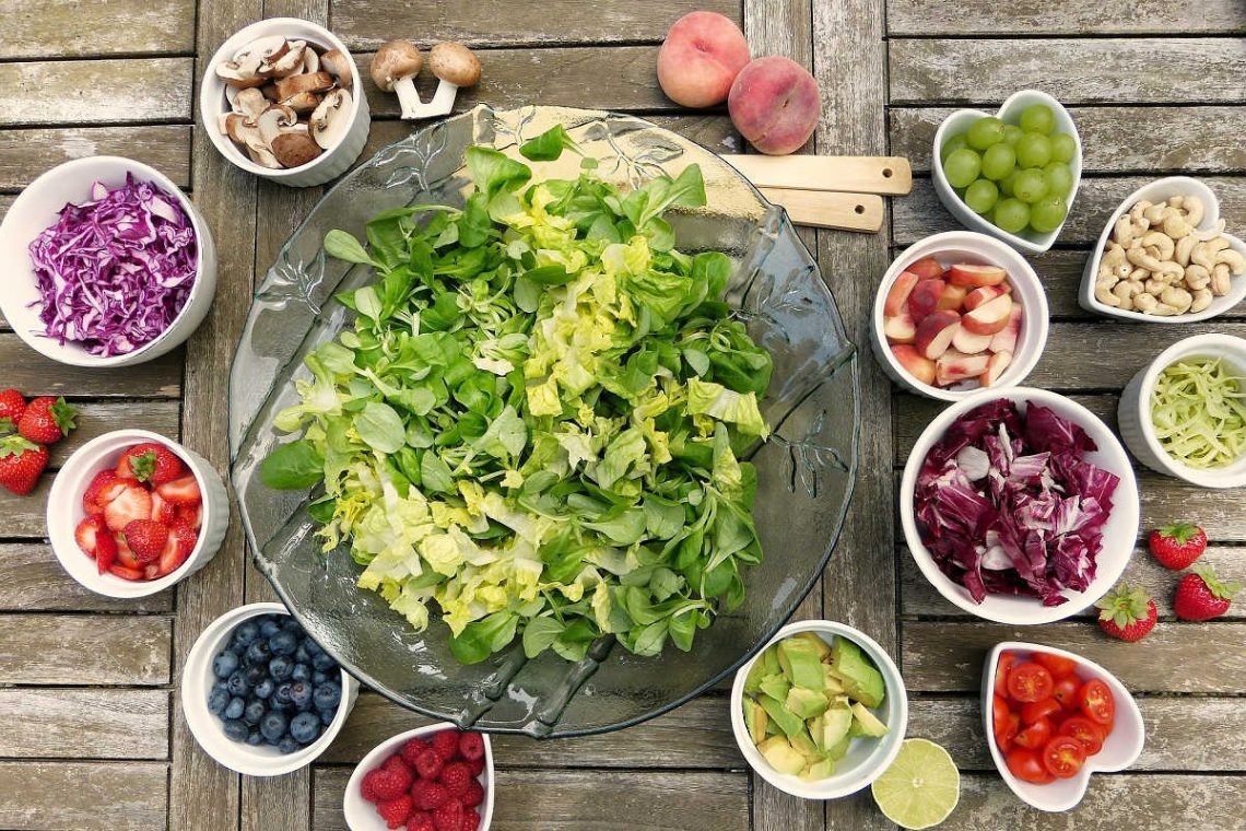 How to prepare healthy and tasty salads